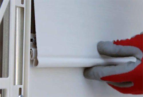 Заведите деталь под крепление замка и слегка потяните вверх до щелчка.